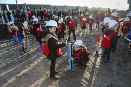 Kinderen slaan eerste paal uitbreiding De Kreek