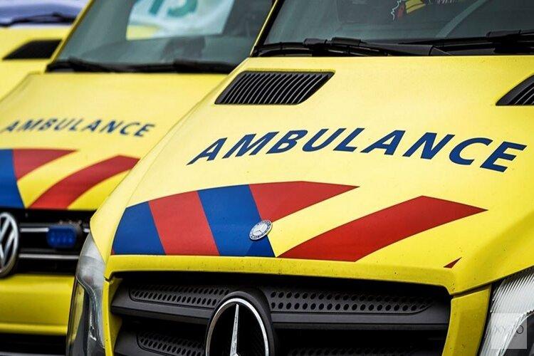 Auto wordt aangetikt en knalt tegen boom in Hoorn: veroorzaker rijdt door