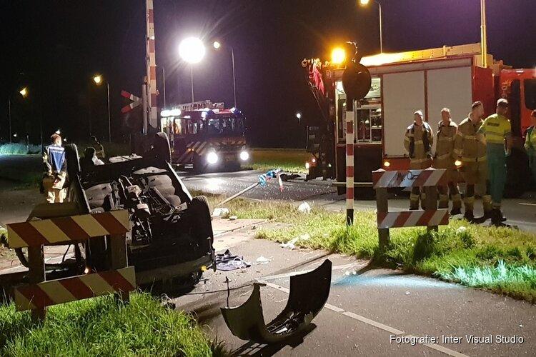Auto belandt ondersteboven op spoorwegovergang in Hoorn