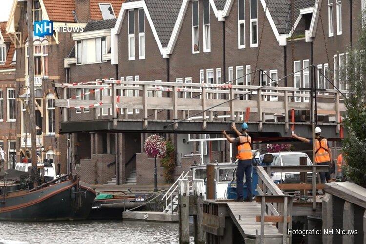 Otto's brug in Hoorn weer terug op de vertrouwde plek: vrijdag klaar voor gebruik