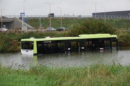 Lijnbus belandt in water bij Zwaag