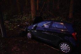 Auto raakt van de weg, bestuurder gewond
