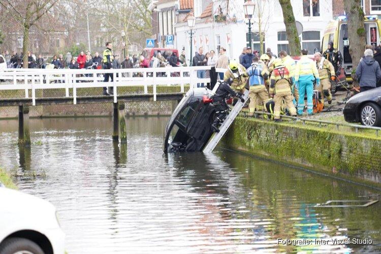 Oudere man raakt met auto te water in centrum Hoorn