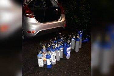 Agenten stuiten op tientallen cilinders lachgas in kofferbak auto