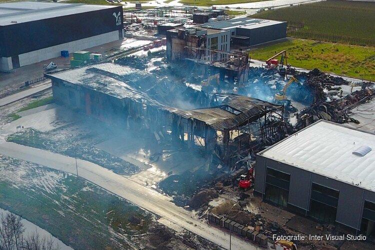Opnieuw oplaaiend vuur bij afgebrand bedrijf in Zwaag