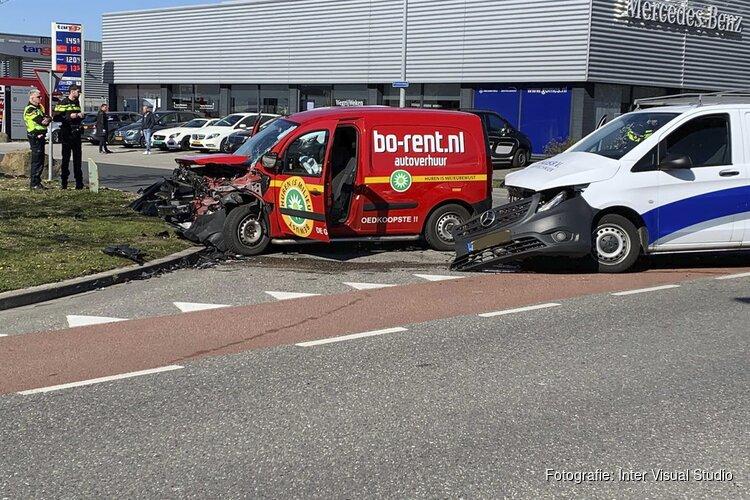 Botsing in Hoorn tussen twee bestelbusjes