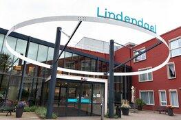 Koning Willem-Alexander verrast verzorgingshuis in Hoorn