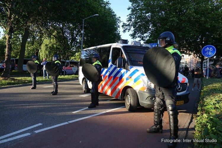 Politie omcirkelt standbeeld JP Coen, plein ontruimd, 4 arrestaties