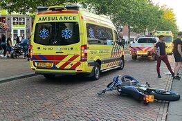 Scooterrijder botst hard op auto in Hoorn