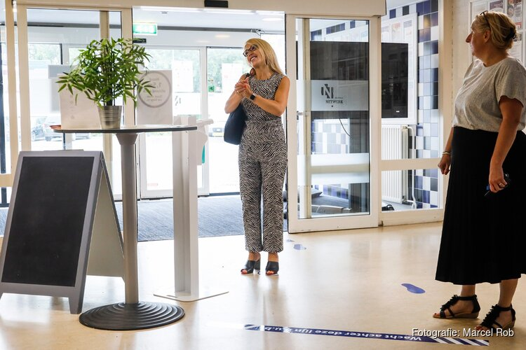 Wethouder gemeente Hoorn op bezoek in wijkcentrum Grote Waal