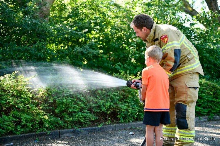 Klein jongetje assisteert bij blussen brandje Blokker