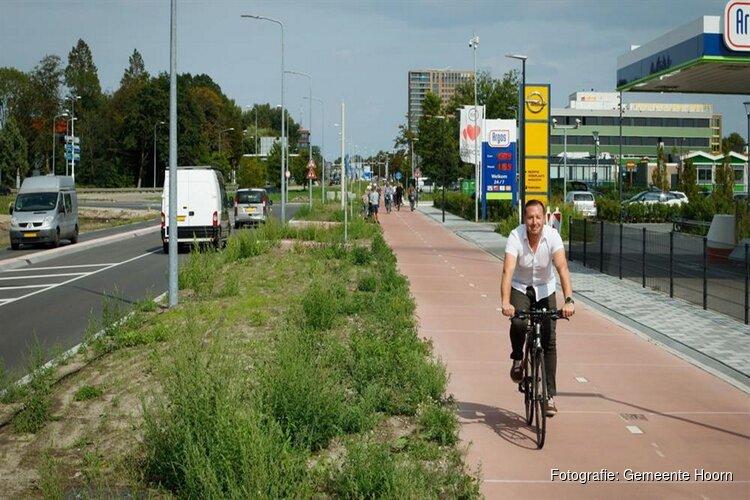 Fietsers en auto's over vernieuwde Berkhouterweg