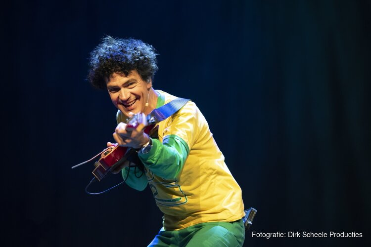 Kinderpopster Dirk Scheele speelt zijn vrolijke popconcert In Holland staat een Huis (2+) in Het Park in Hoorn.