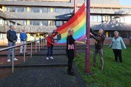 Hijsen regenboogvlag voor de Regenboogweek Westfriesland