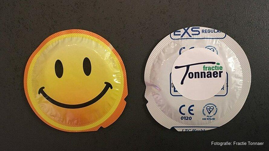 Hoornse partij deelt condooms uit bij school