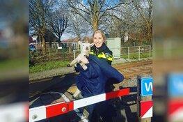 Politieagente redt lammetje van aanstormende trein