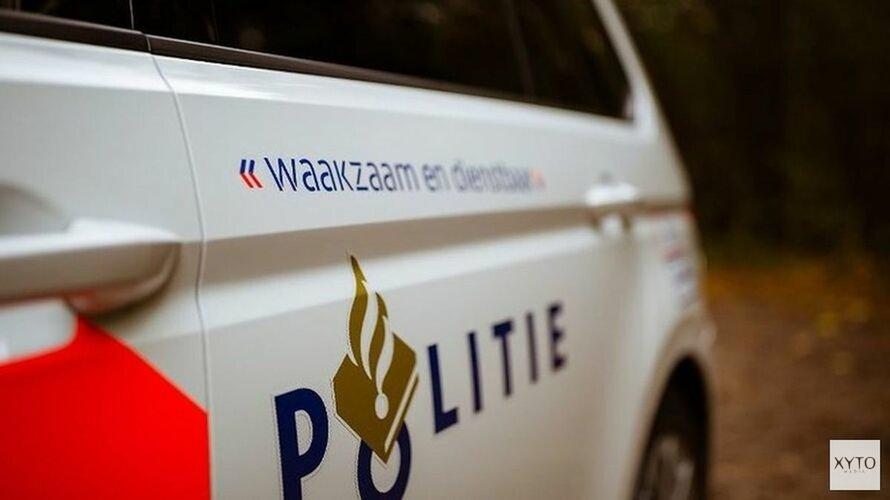 Auto belandt in water na botsing in Blokker