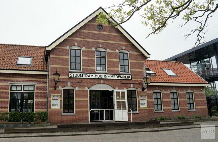 Auto botst op stoomtram Hoorn-Medemblik