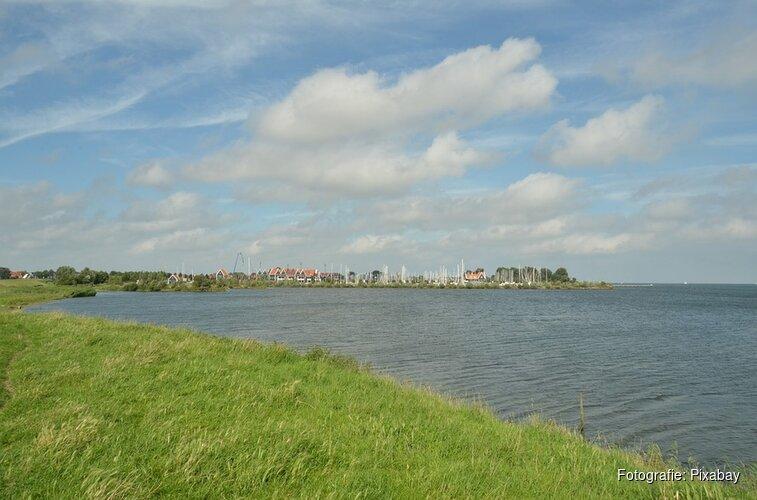 Schipper stuurloos jacht verbrandt handen bij afsteken noodvuurwerk op IJsselmeer