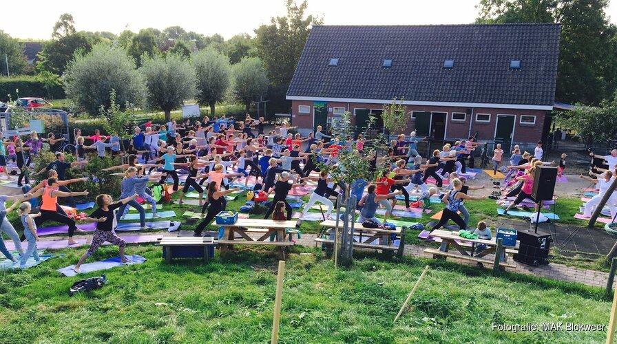 Yoga in de openlucht bij MAK Blokweer